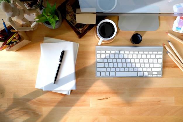 bureau-travail-domicile-dispositif-communication-fournitures-bureau_67155-2301